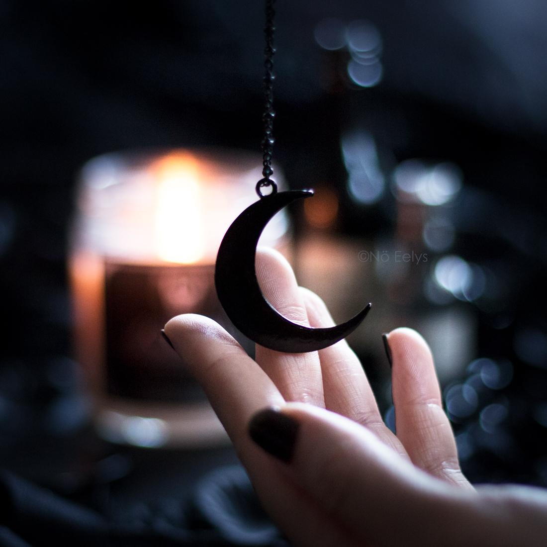 Collier Noctem Boudoir du Chaman (lune noire), photo par Nö Eelys Le Boudoir de Nö, blog gothique romantique