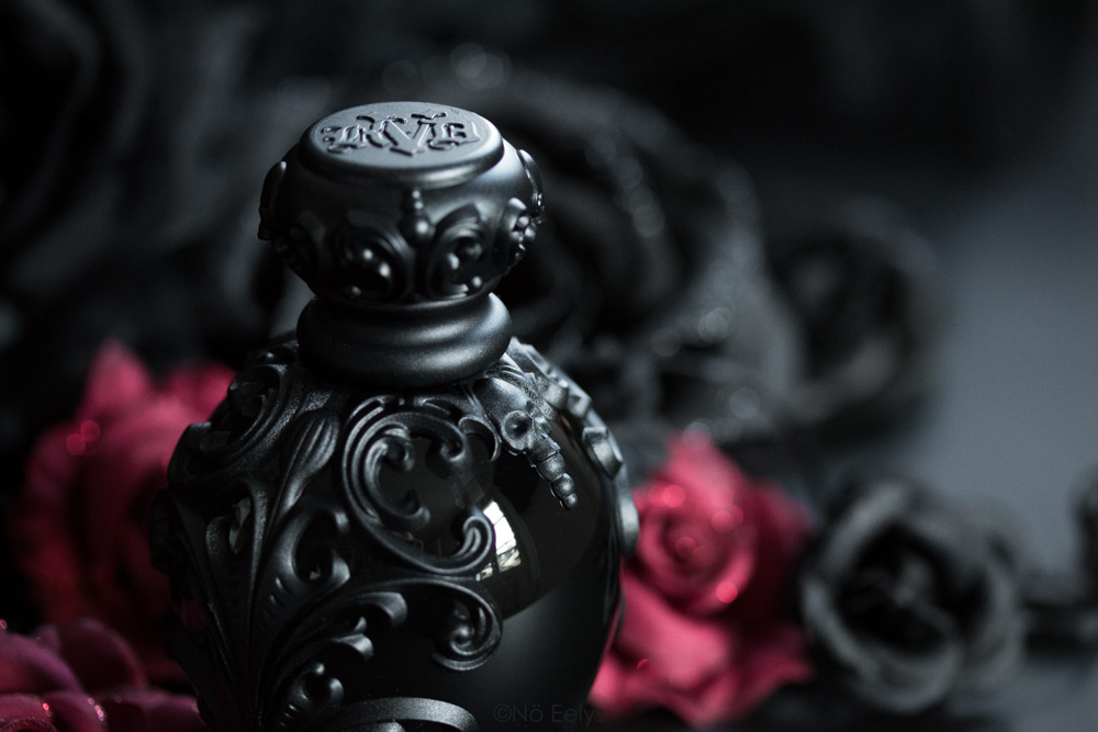 Photo du packaging gothique du parfum Sinner KVD beauty, mon avis