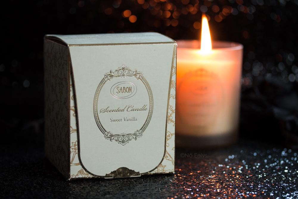 Zoom sur le packaging de Sweet Vanilla, une bougie parfumée à la vanille signée Sabon