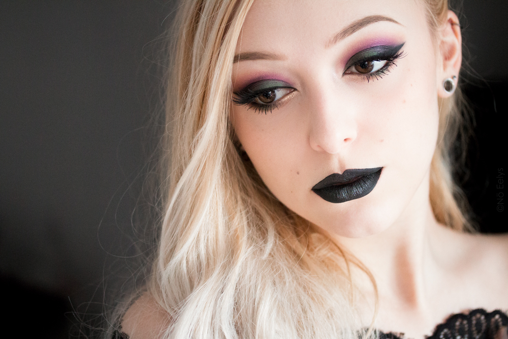Photo Le Boudoir de Nö : idée maquillage sirène d'inspiration gothique avec la palette Chocolate Gold de Too Faced (Money Bags, New Money et Livin' Lavish) + les rouges à lèvres Kat Von D Witches et Wizard