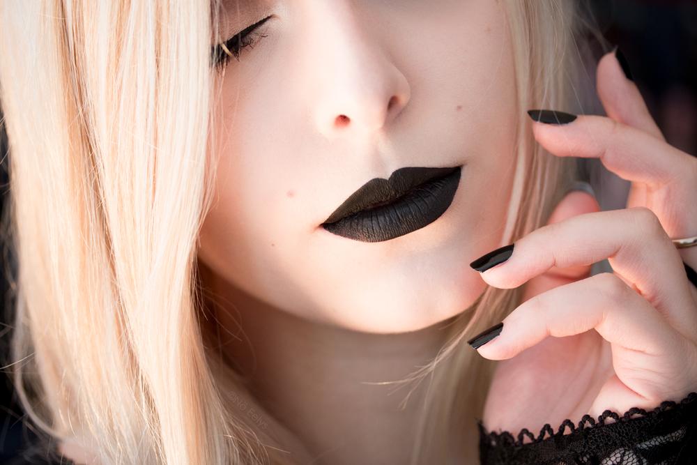 Shade & Light by No Eelys, Kat Von D Everlasting Liquid Lipstick in Witches, vernis Essie Licorice