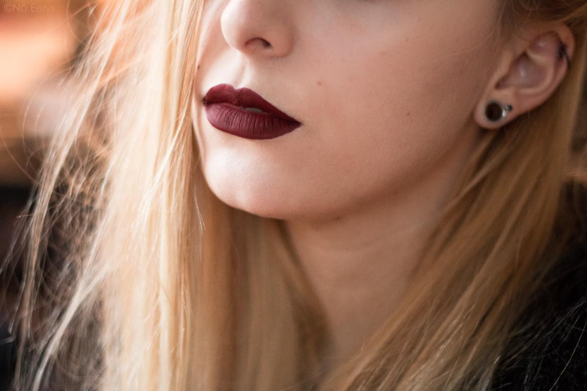 Lip swatch du rouge à lèvres Bloodlust de Baby Bat Beauty - Le Boudoir de Nö / Nö Eelys