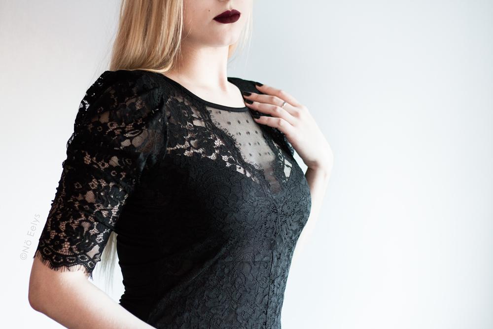 Haut en dentelle et plumetis Morgan de face, inspiration mode gothique romantique / Corporate Goth