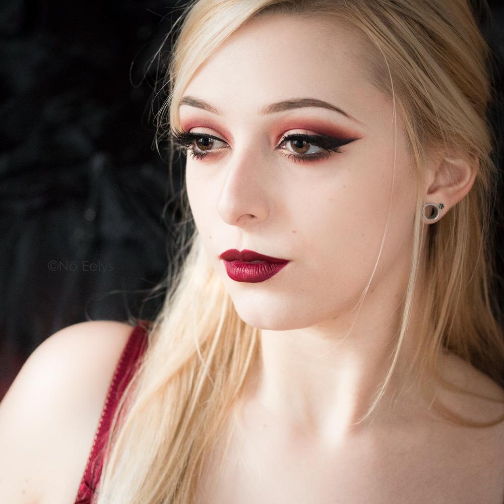 Maquillage d'inspiration gothique avec la nouvelle palette Fetish Kat Von D beauty, maquillage rouge avec le fard Bondage