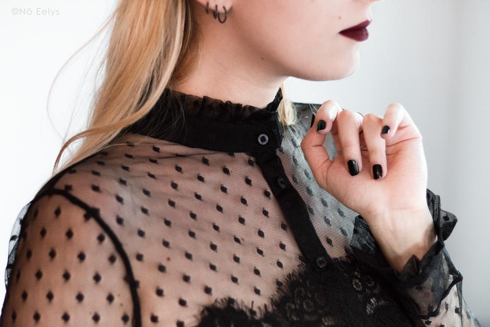 Zoom sur le chemisier en dentelle et plumetis Morgan, inspiration mode gothique romantique / Corporate Goth