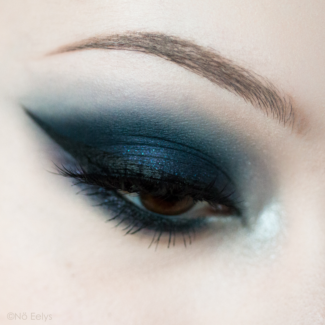 Maquillage d'inspiration gothique avec la nouvelle palette Fetish Kat Von D beauty, maquillage bleu nuit avec les fards Latex, Obsession, Cuffs et Rubber (close up)