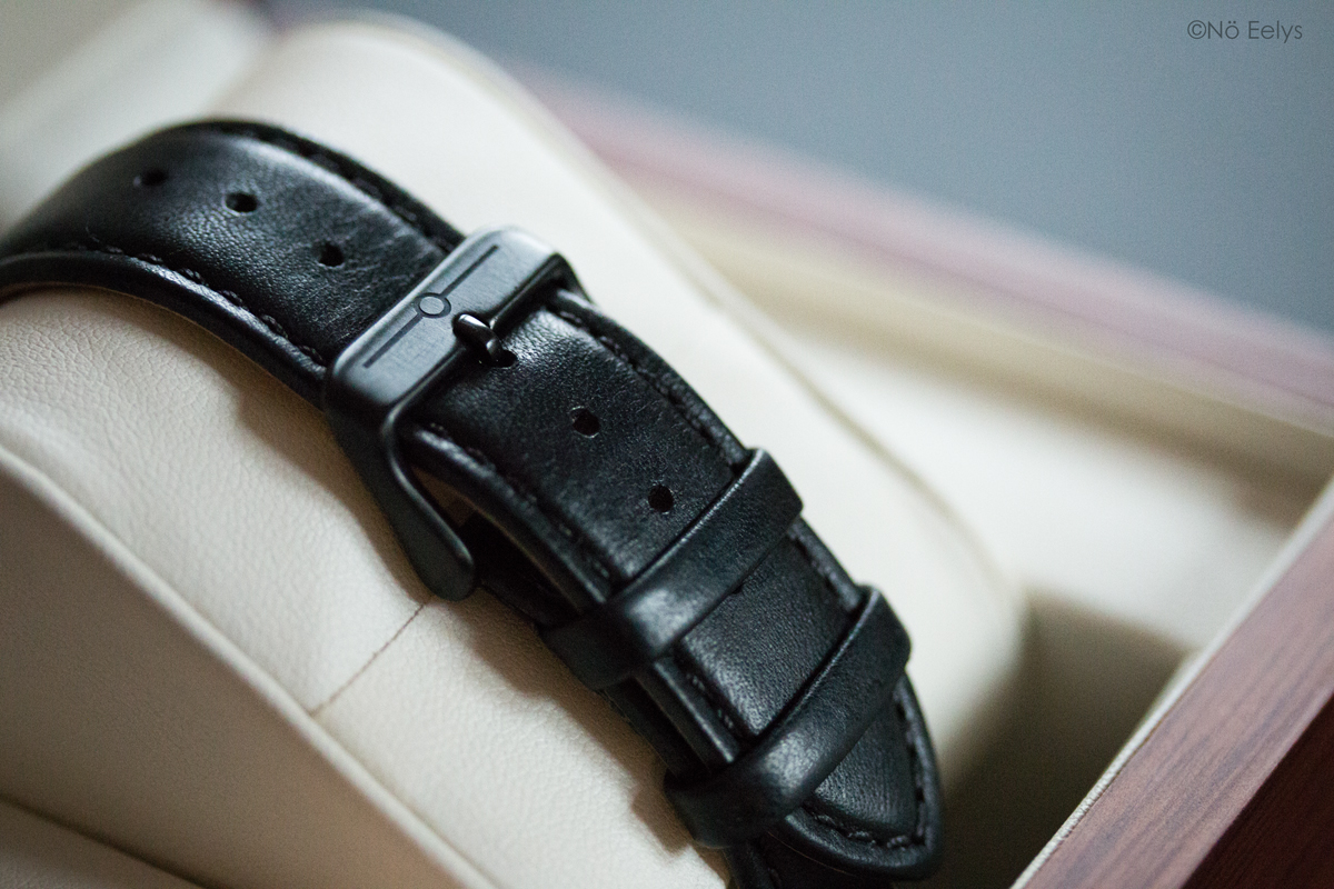 Le bracelet en cuir noir italien de la montre No 29 Black and Black Automatic The Camden Watch Company