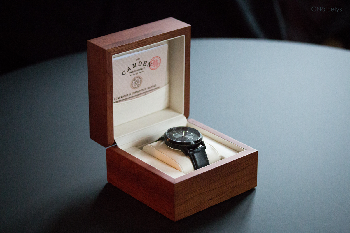 Unboxing No 29 Black and Black Automatic The Camden Watch Company : une jolie boîte en bois
