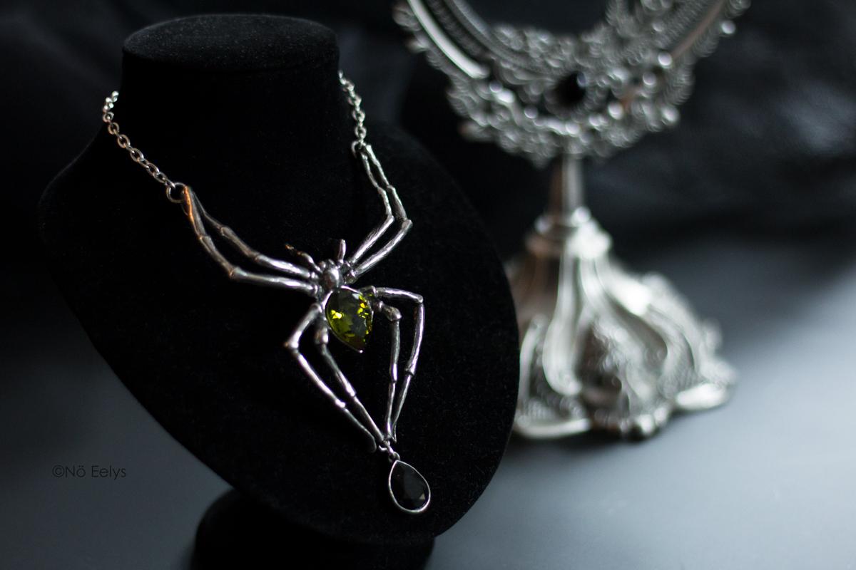 Le collier Emerald Venom Alchemy Gothic (collier gothique en forme d'araignée avec un cristal de swarowski vert) Le Boudoir de Nö Eelys