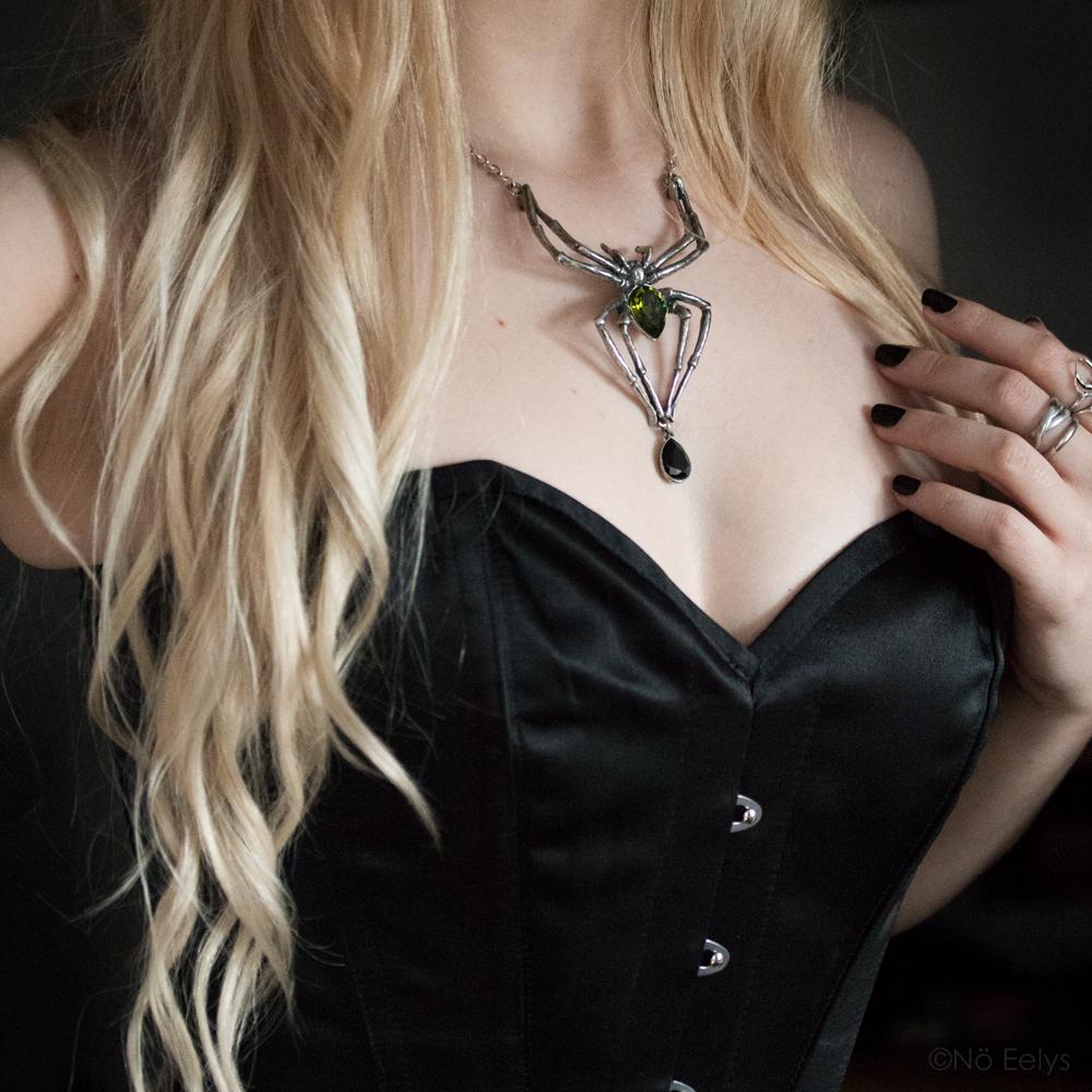 Collier Emerald Venom Alchemy Gothic (collier en forme d'araignée avec cristal de swarowski vert), Alchemy England Necklace porté par Le Boudoir de Nö Eelys