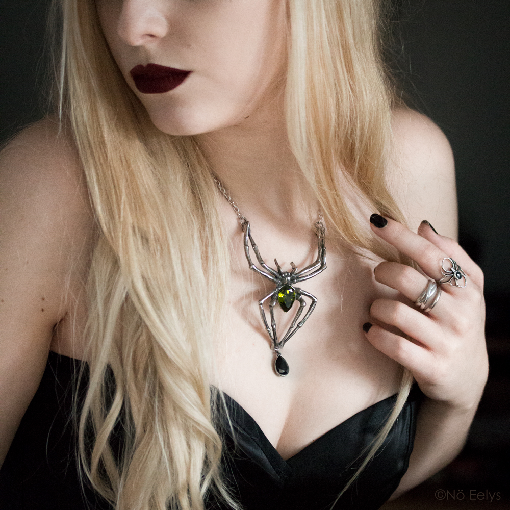 Le collier Emerald Venom Alchemy Gothic porté par Nö Eelys (collier en forme d'araignée avec cristal de swarowski vert), Le Boudoir de Nö