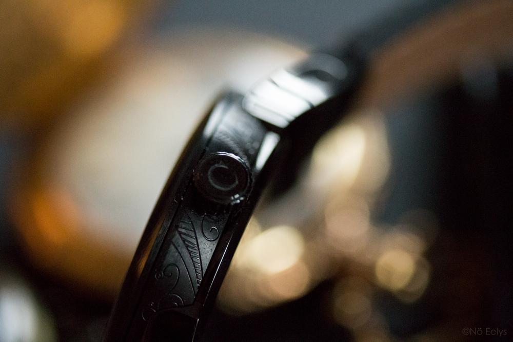 Détails de la couronne et du boîtier de la montre Memento Mori The Camden Watch company, montre noire d'inspiration gothique romantique victorienne avec un crâne