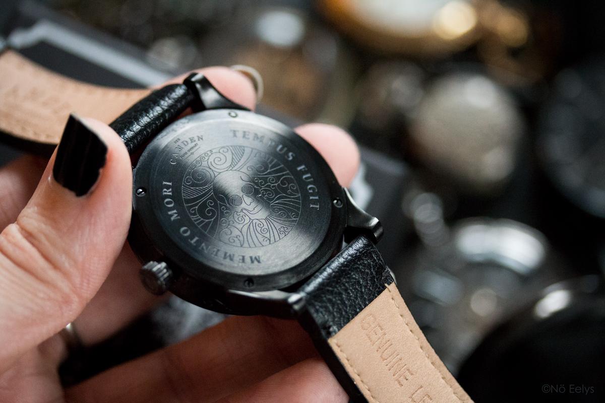 Détails du dos de la montre Memento Mori The Camden Watch company, montre noire d'inspiration gothique romantique victorienne avec un crâne