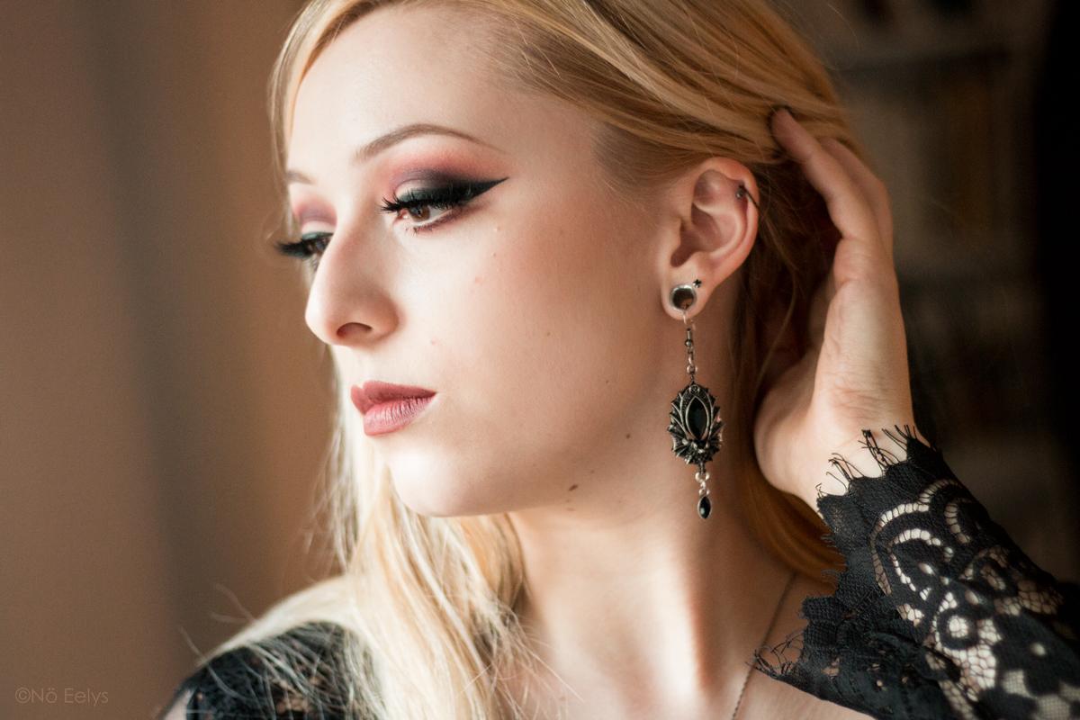 Kat Von D beauty Lolita palette idée de maquillage maquillage smokey eye vieux rose violet, avec les fards Con Amor, Lolita, Eterno et Corazon (boucles d'oreille chauve-souris Restyle Bat earring silver) My Spooky Vanity Le Boudoir de No
