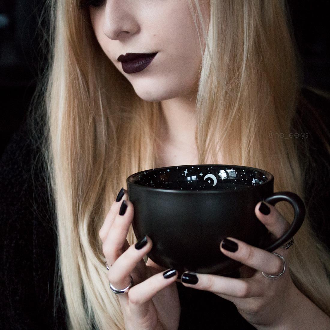 Le Midnight Mug Rogue + Wolfe, mug gothique noir avec petites étoiles et lunes blanches (lipstick Oblivion Baby Bat Beauty My Spooky Vanity)