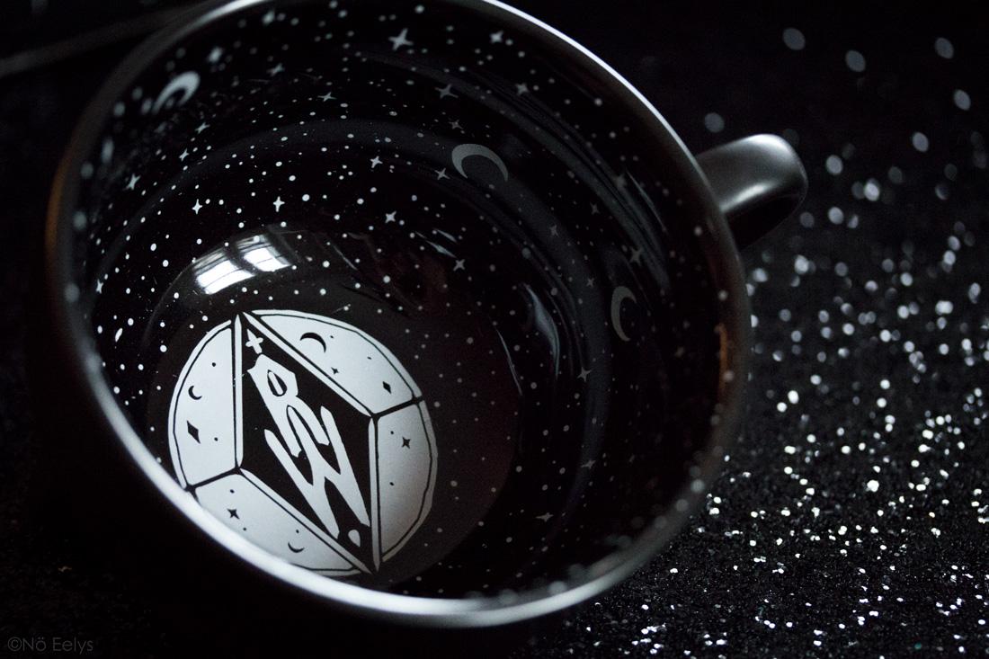 Midnight Mug Rogue + Wolfe mug gothique noir avec lunes et étoiles à l'intérieur