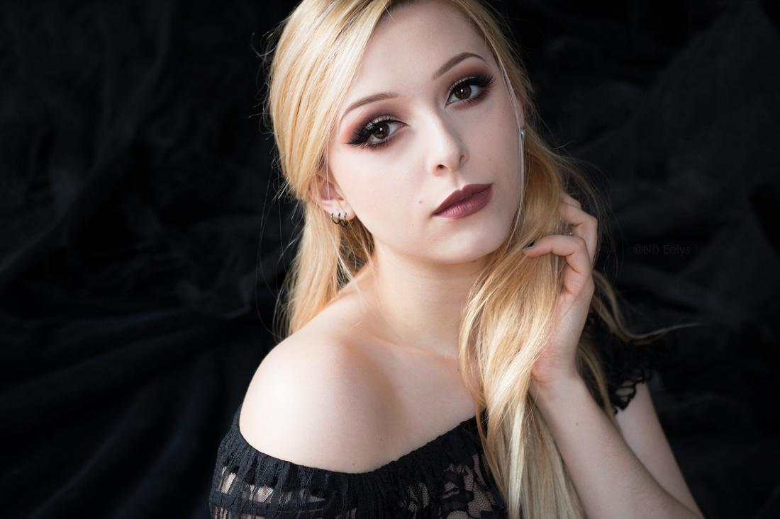Idée de maquillage avec la palette Tartelette in Bloom Tarte (maquillage gothique romantique avec le rouge à lèvres Lolita de Kat Von D)