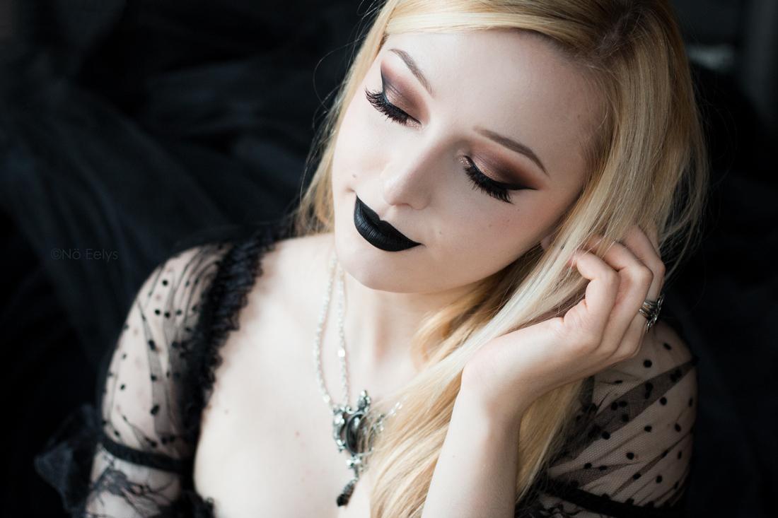 Idée de maquillage avec la palette Tartelette in Bloom Tarte (maquillage gothique romantique avec le rouge à lèvres Raven de Baby Bat Beauty)