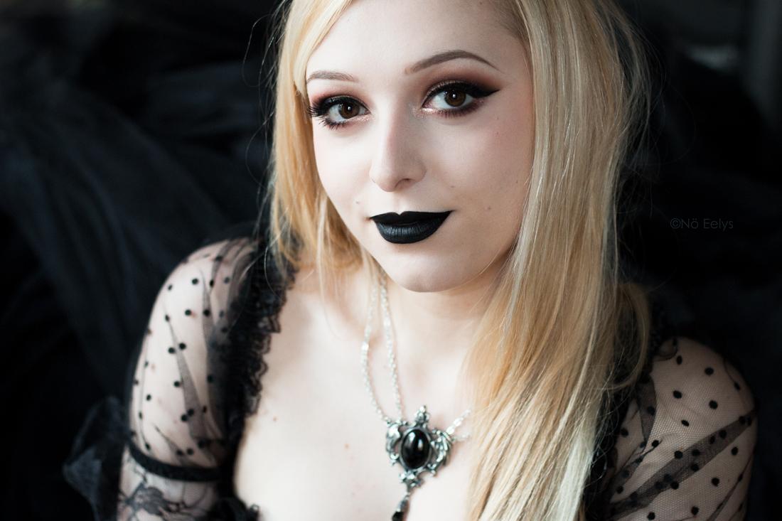 Idée de maquillage gothique romantique avec le rouge à lèvres Raven de Baby Bat Beauty et la palette Tartelette in Bloom