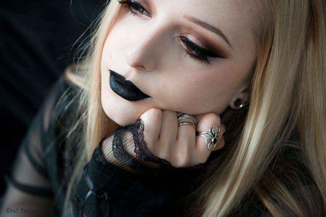 Raven + Bewitched lip swatch, rouge à lèvres liquide noir mat et pailleté Baby Bat Beauty (marque gothique vegan et cruelty-free)
