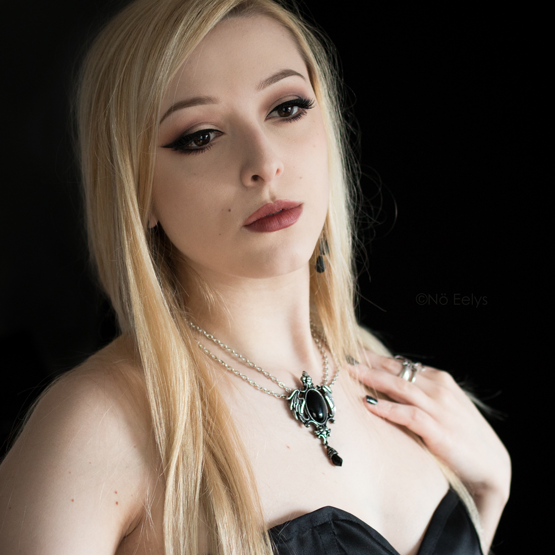 Collier Seraph Of Darkness Alchemy Gothic porté (Alchemy England necklace worn) par Nö Eelys du blog gothique Le Boudoir de Nö