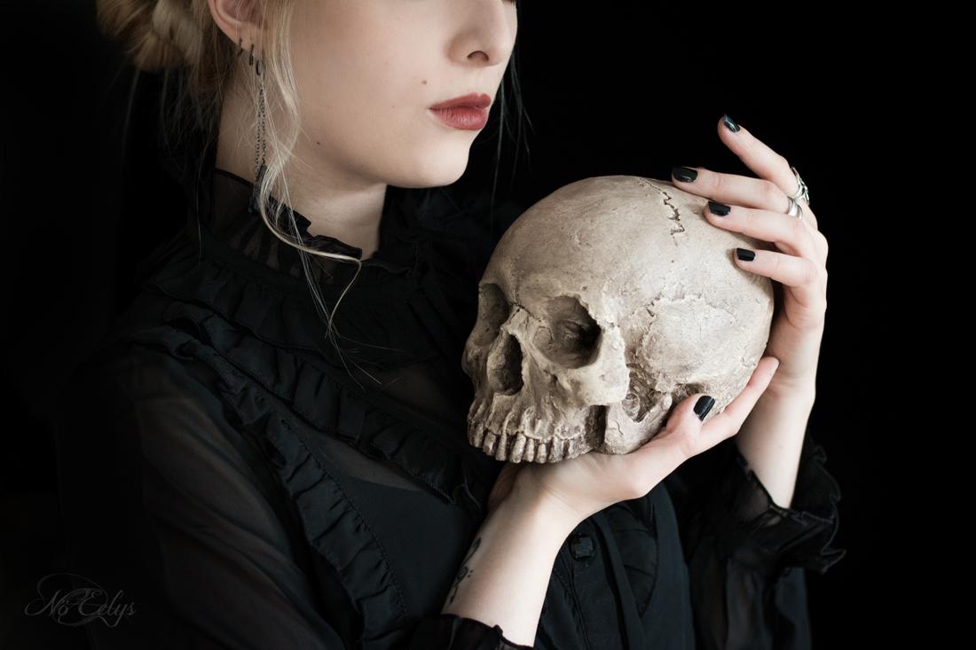 Déco gothique : réplique de crâne humain fait main par Vicious Noodles, photo par Nö Eelys du blog Le Boudoir de Nö