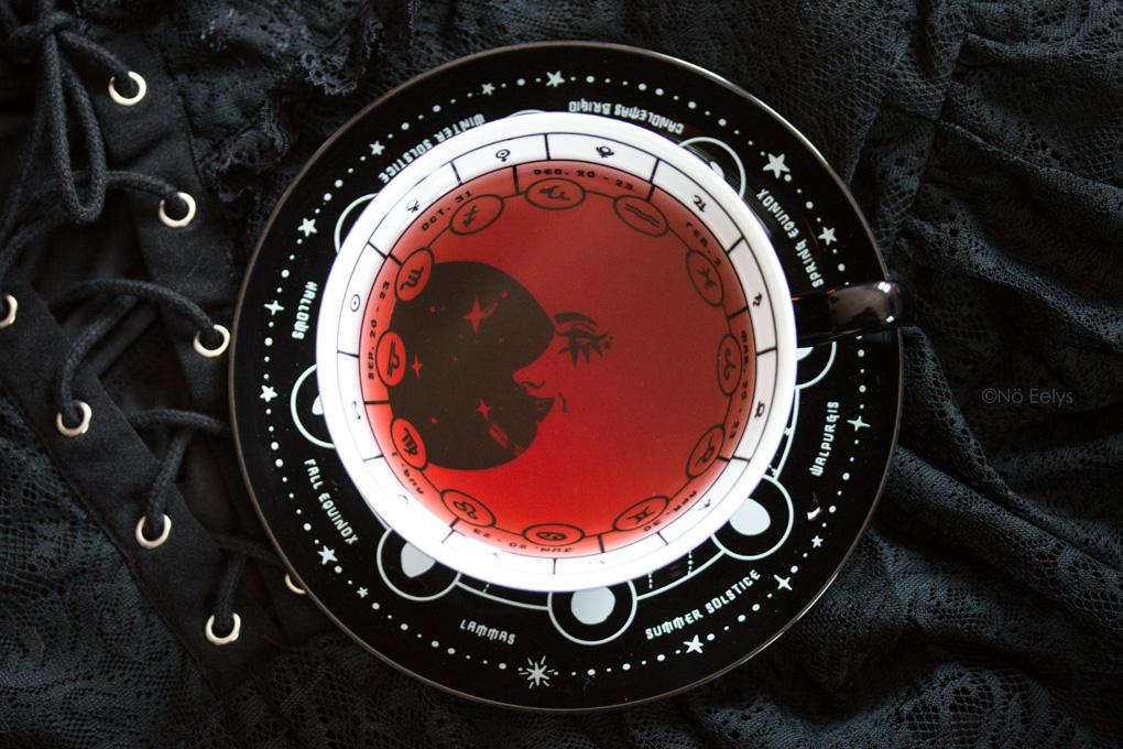 Tasse de thé gothique astrologique noire Killstar Cosmic Tea Cup, mon avis par Le Boudoir de No Eelys blog gothique