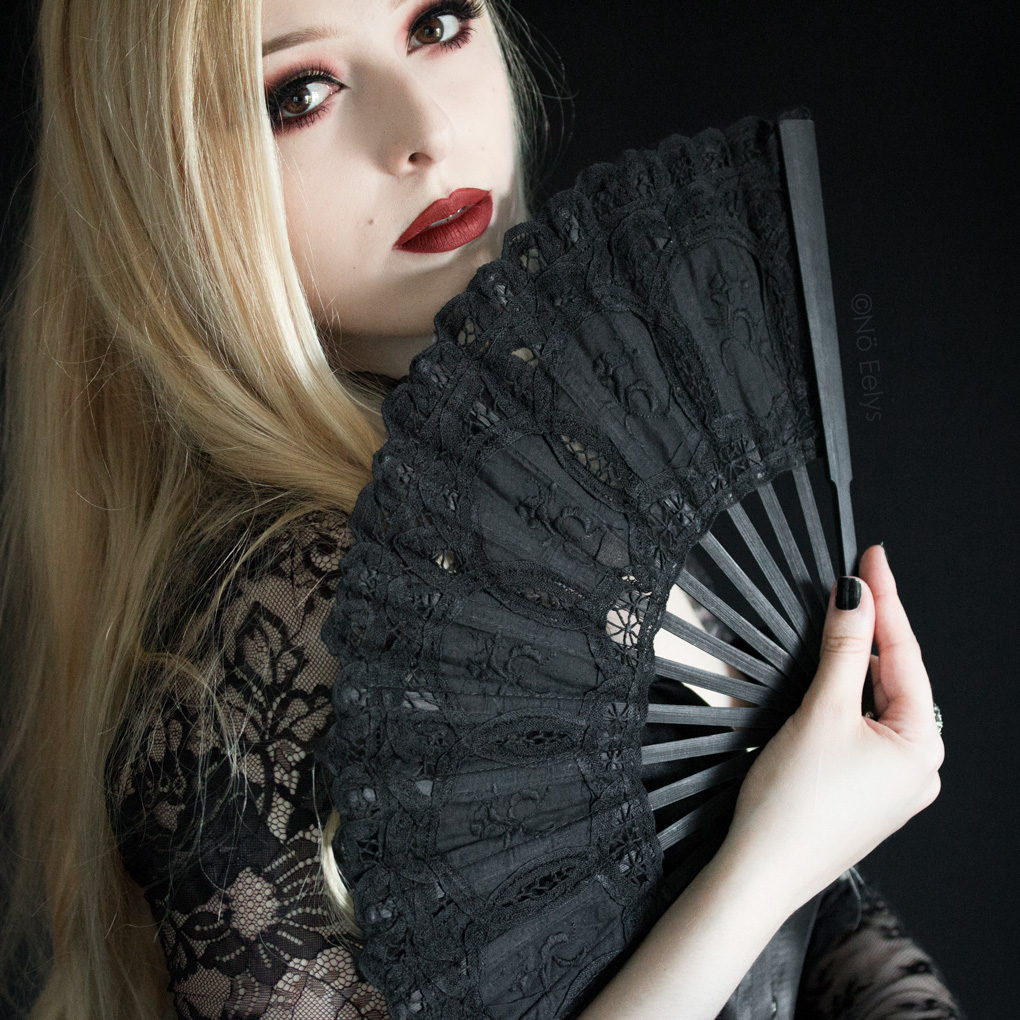 Le grand éventail en dentelle noire gothique Dark in Love (Victorian Gothic Black Lace Royal Fan) par le Boudoir de Nö, blog gothique par Nö Eelys
