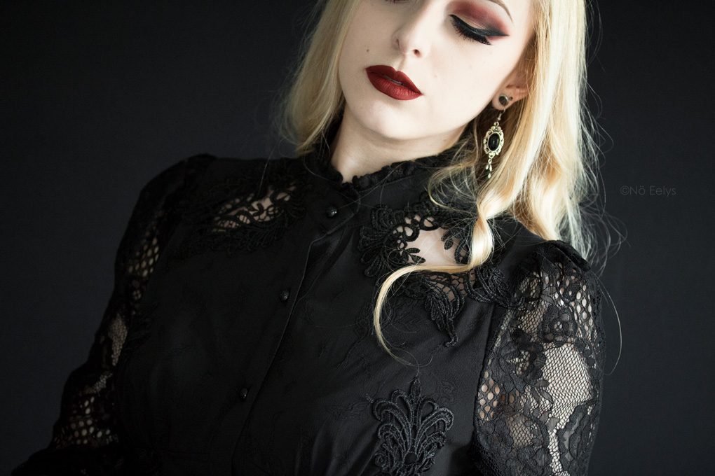 Elegancia, chemisier noir gothique romantique victorien Punkrave avec dentelle et laçage façon corset, Persephone Baby Bat Beauty swatch & Orb of Light Palette Black Moon Cosmetics - blog gothique mode alternative Le Boudoir de Nö