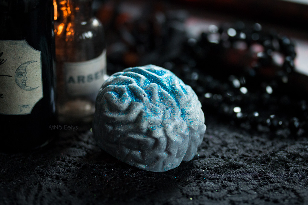 Brain Fog de Bubba's Meltys, cire à fondre d'inspiration gothique et vegan friendly en forme de petit cerveau à paillettes bleues (parfum vanille)