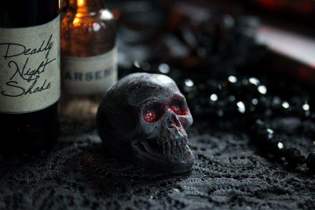 Depression de Bubba's Meltys, cire à fondre d'inspiration gothique et vegan friendly en forme de petit crane noir à paillettes rouges (parfum cerise)