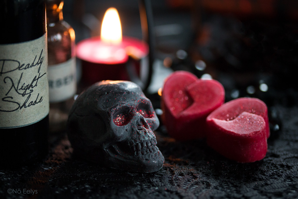 Bubba's Meltys, cire à fondre d'inspiration gothique en forme de petit crâne noir à paillettes (vegan-friendly) : Depression, cire de soja et parfum cerise