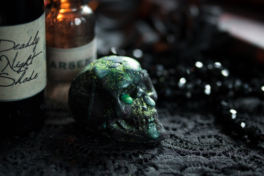 What's your Poison de Bubba's Meltys, cire à fondre d'inspiration gothique et vegan friendly en forme de petit crane noir à paillettes vertes (parfum witches brew)