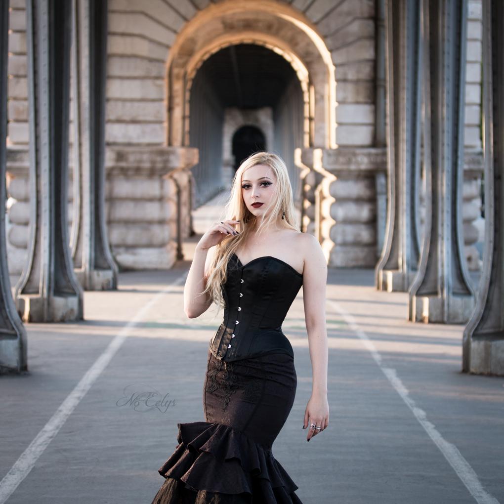 Zoom le Chant des Sirènes Le Boudoir de Nö Eelys, Jupe Sirène Punkrave Punk Rave corset Overbust avec serre-taille et ourlet arrondi Corset Story BURWTA1315JBK shooting gothique romantique blog gothique