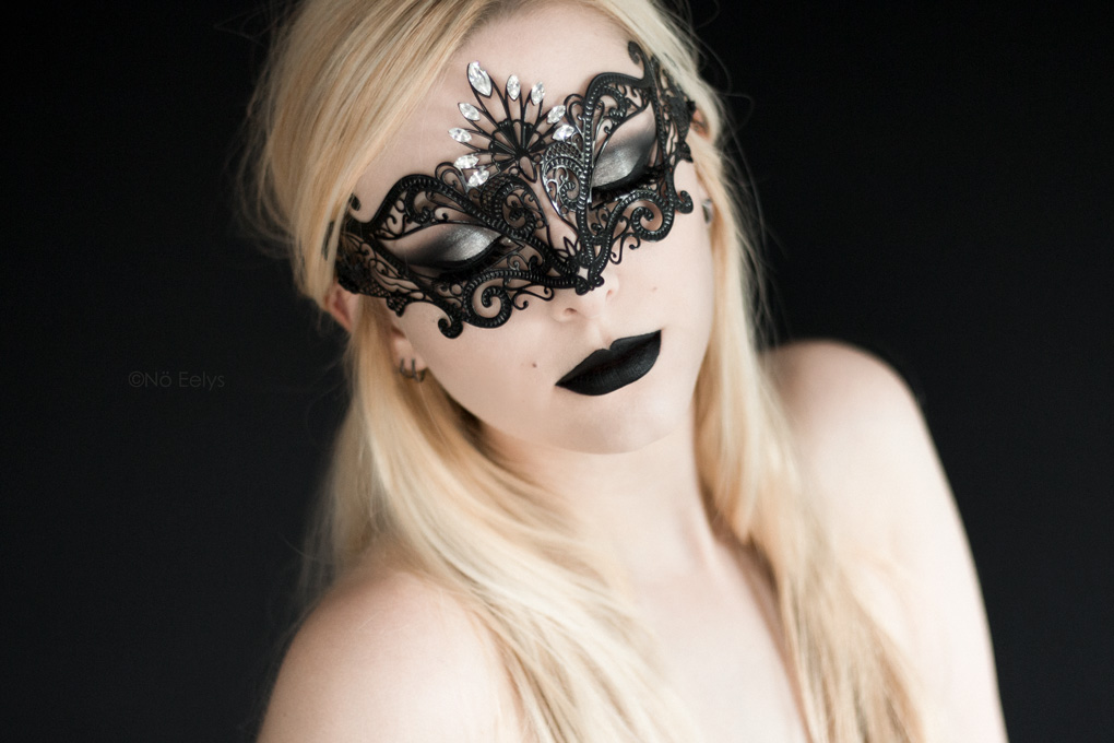 Masque Luce by Luna Veneziana, masque d'inspiration gothique vendu à la boutique gothique Asylum de Lyon (rouge à lèvre Raven de Baby Bat Beauty, disponible chez My Spooky Vanity)