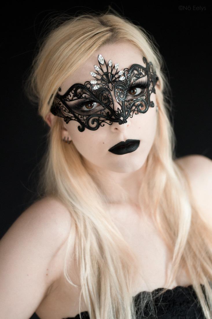 Masque Luce by Luna Veneziana, masque d'inspiration gothique vendu à la boutique gothique Asylum de Lyon (rouge à lèvre Raven de Baby Bat Beauty, disponible chez My Spooky Vanity) - Portrait Nö Eelys