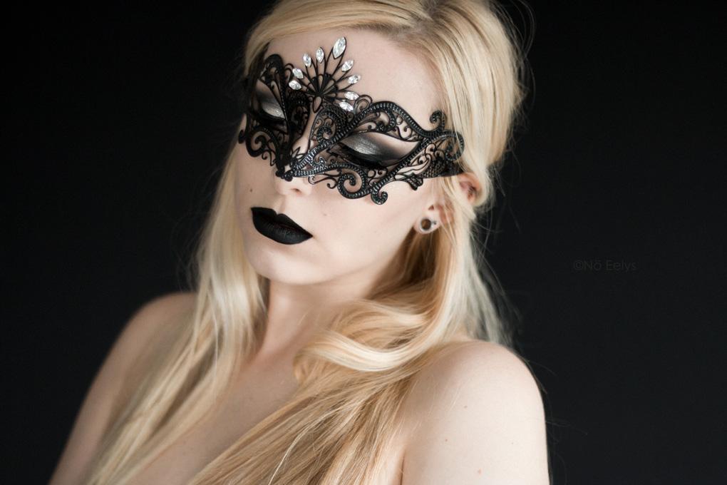 Photo du masque Luce by Luna Veneziana, masque vénitien d'inspiration gothique vendu à la boutique gothique Asylum de Lyon (rouge à lèvre Raven de Baby Bat Beauty, disponible chez My Spooky Vanity), avis de Nö Eelys