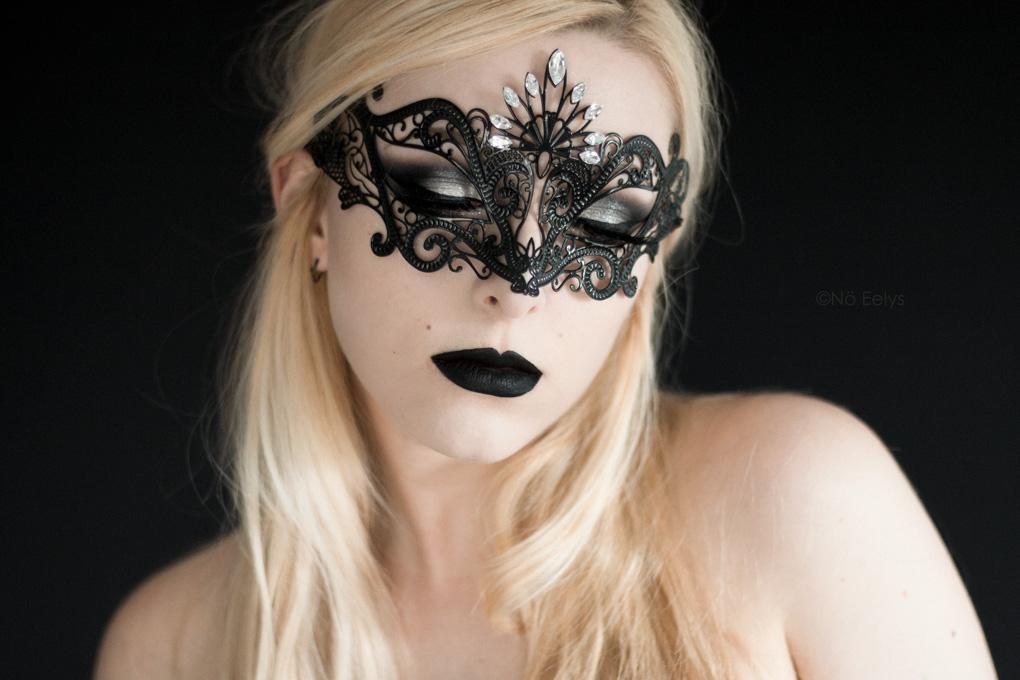 Photo du masque Luce by Luna Veneziana, masque vénitien d'inspiration gothique vendu à la boutique gothique Asylum de Lyon (rouge à lèvre Raven de Baby Bat Beauty, disponible chez My Spooky Vanity)