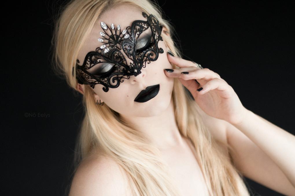 Le masque Luce de Luna Veneziana, portrait gothique romantique avec masque vénitien, rouge à lèvres Raven de Baby Bat Beauty, Lid Lingerie Fame and Fortune NYX, maquillage gothique par Nö Eelys