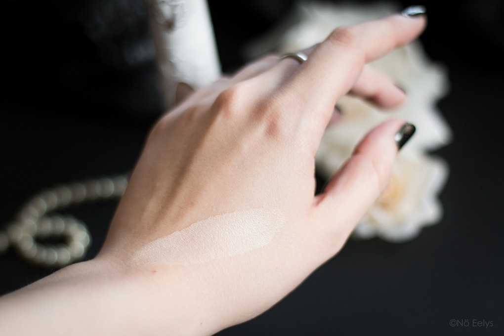 Swatch de la teinte 06 True Portrait, le nouveau fond de teint vegan et cruelty-free Kat Von D Beauty pour peaux normales à grasses