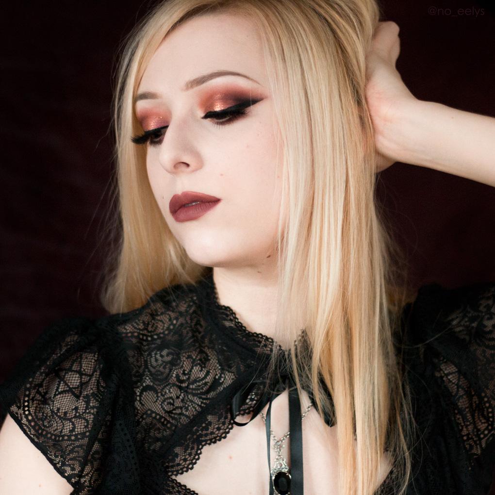 Idée de maquillage gothique romantique Kat Von D beauty avec la palette Lolita Por Vida et le rouge à lèvres Lolita