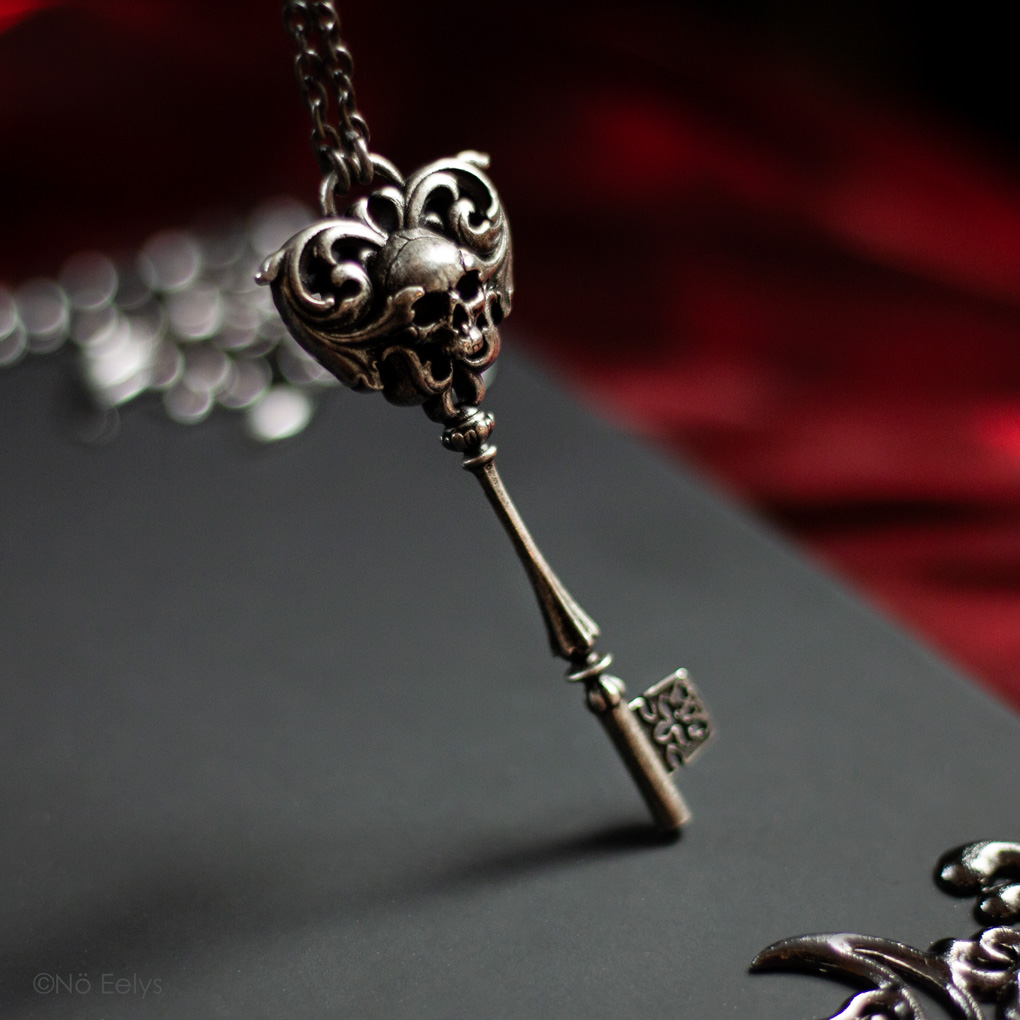Zoom sur le collier Killstar Skeleton Key necklace