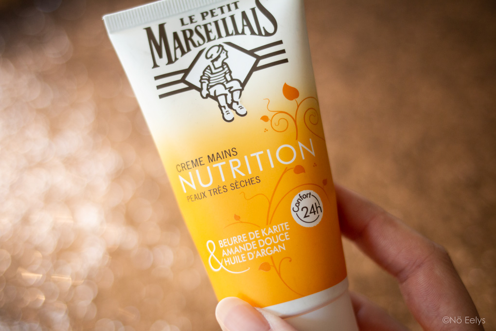 Zoom sur la crème pour les mains Le Petit Marseillais (crème nourrissante peaux très sèches au parfum gourmand vanillé karité amande douce huile d'argan)