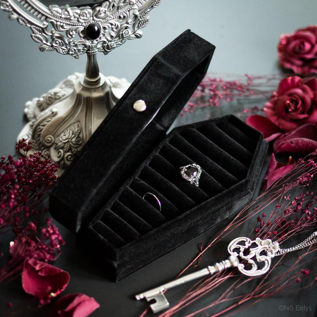 La bague Maria Rose Wreath Regalrose et la boîte à bijoux The Black Velvet Coffin Ring Case Regalrose (boîte à bijoux gothique noire en velours et en forme de cercueil)