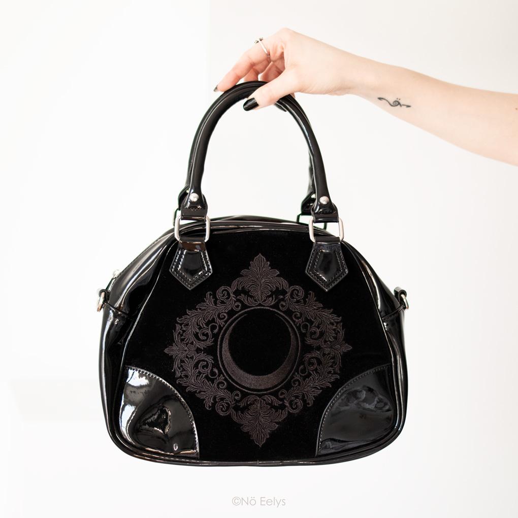 Zoom sur le sac à main Killstar Luna Lace Handbag, sac à main gothique romantique en velours et vinyle noir avec lune (photo, avis, review)