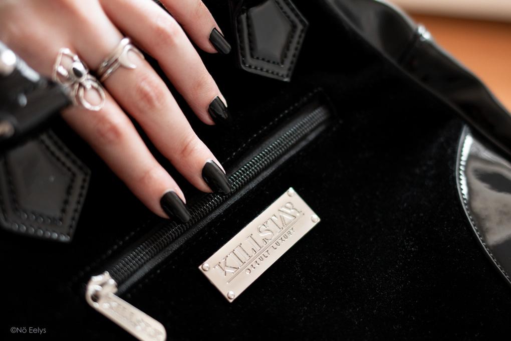 Zoom sur l'arrière du sac à main Killstar Luna Lace Handbag, sac à main gothique romantique en velours et vinyle noir avec lune (photo, avis, review)