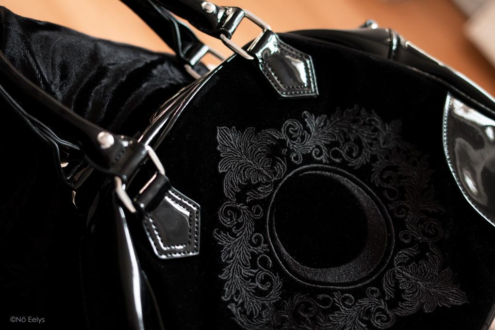 Zoom sur l'avant du sac à main Killstar Luna Lace Handbag, sac à main gothique romantique en velours et vinyle noir avec lune (photo, avis, review)