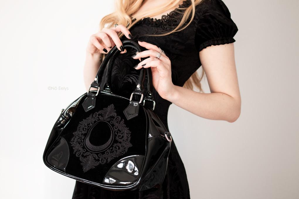 Le sac à main Killstar Luna Lace Handbag, sac à main gothique romantique en velours et vinyle noir avec lune (photo, avis, review)