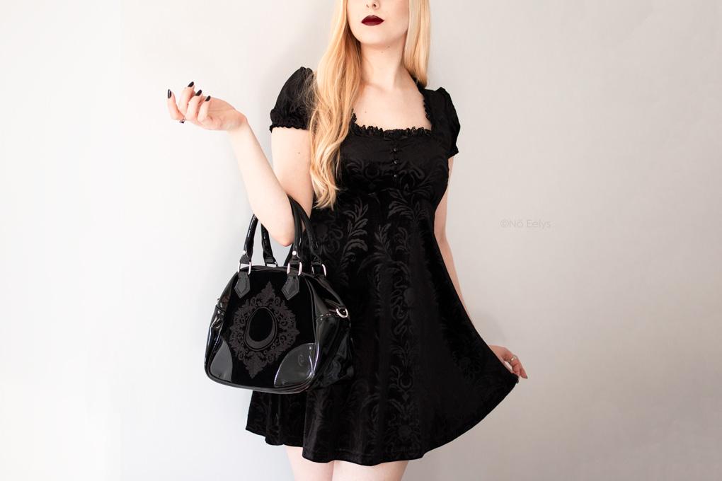 Le sac à main Killstar Luna Lace Handbag, sac à main gothique romantique en velours et vinyle noir avec lune (photo, avis, review + concours New Witch)