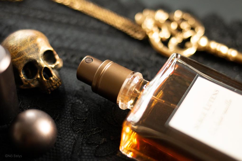 Zoom sur le spray du parfum Un Bois Vanille Serge Lutens
